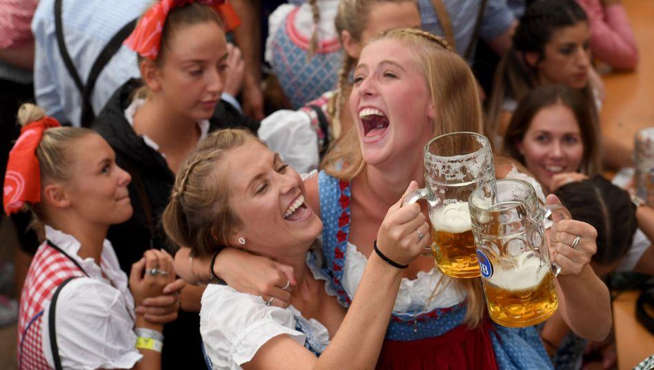 Teures Vergnügen: Besucherinnen auf dem Oktoberfest