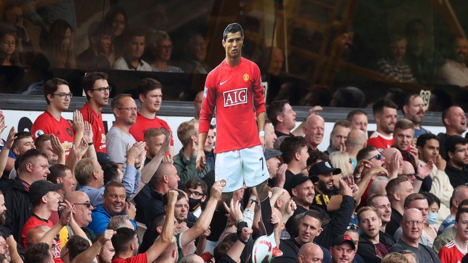 Ein Papp-CR7 im Meer der United-Fans: Cristiano Ronaldos Rückkehr nach Manchester beherrscht die Schlagzeilen in der Stadt