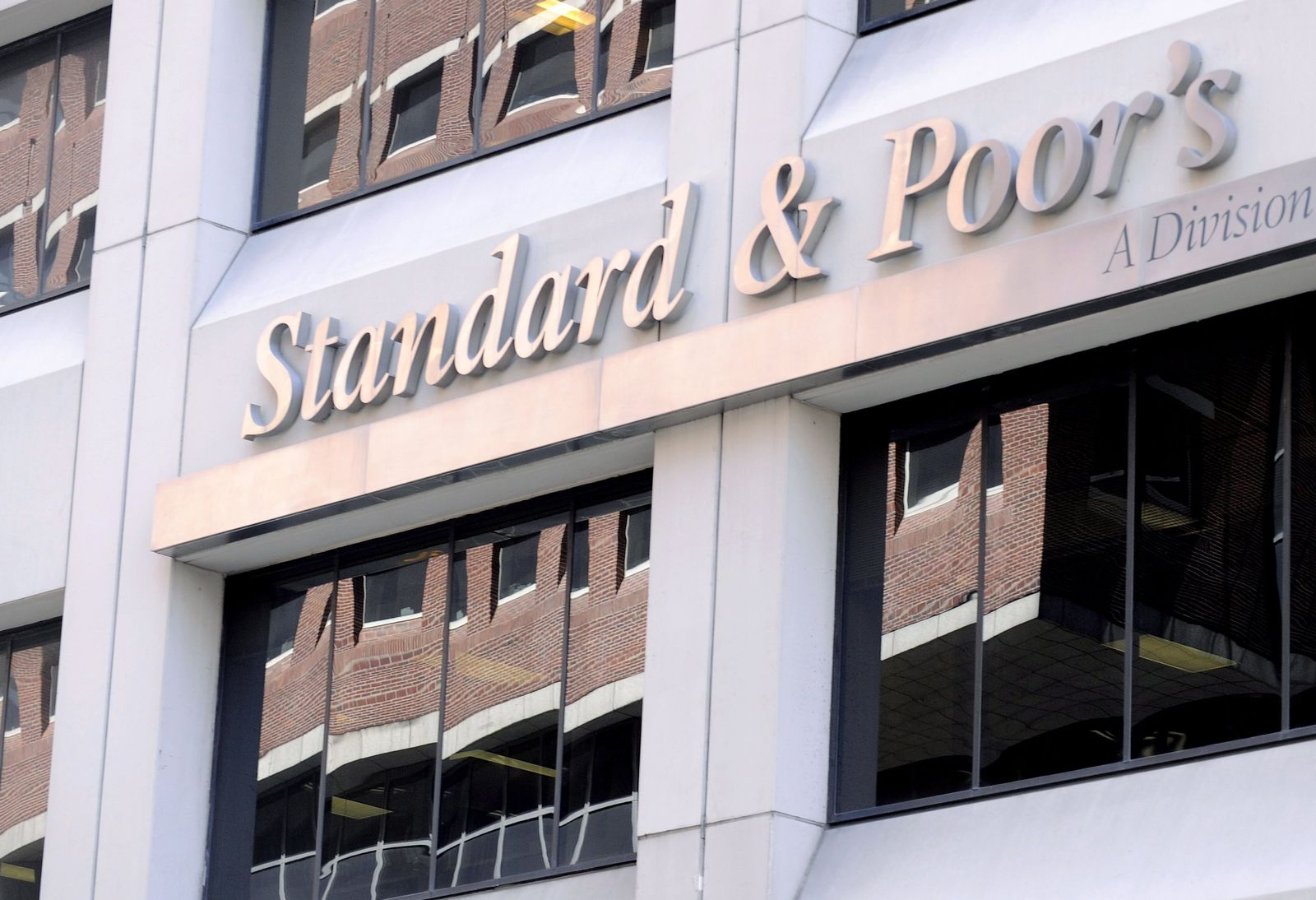 S&P slashes US government credit rating
