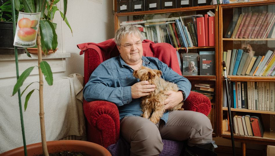 """Pfarrer Markus Heckert mit Hund Sally in seinem Büro: """"Morgen rette ich euch wieder, aber lasst mich heute in Ruhe"""""""