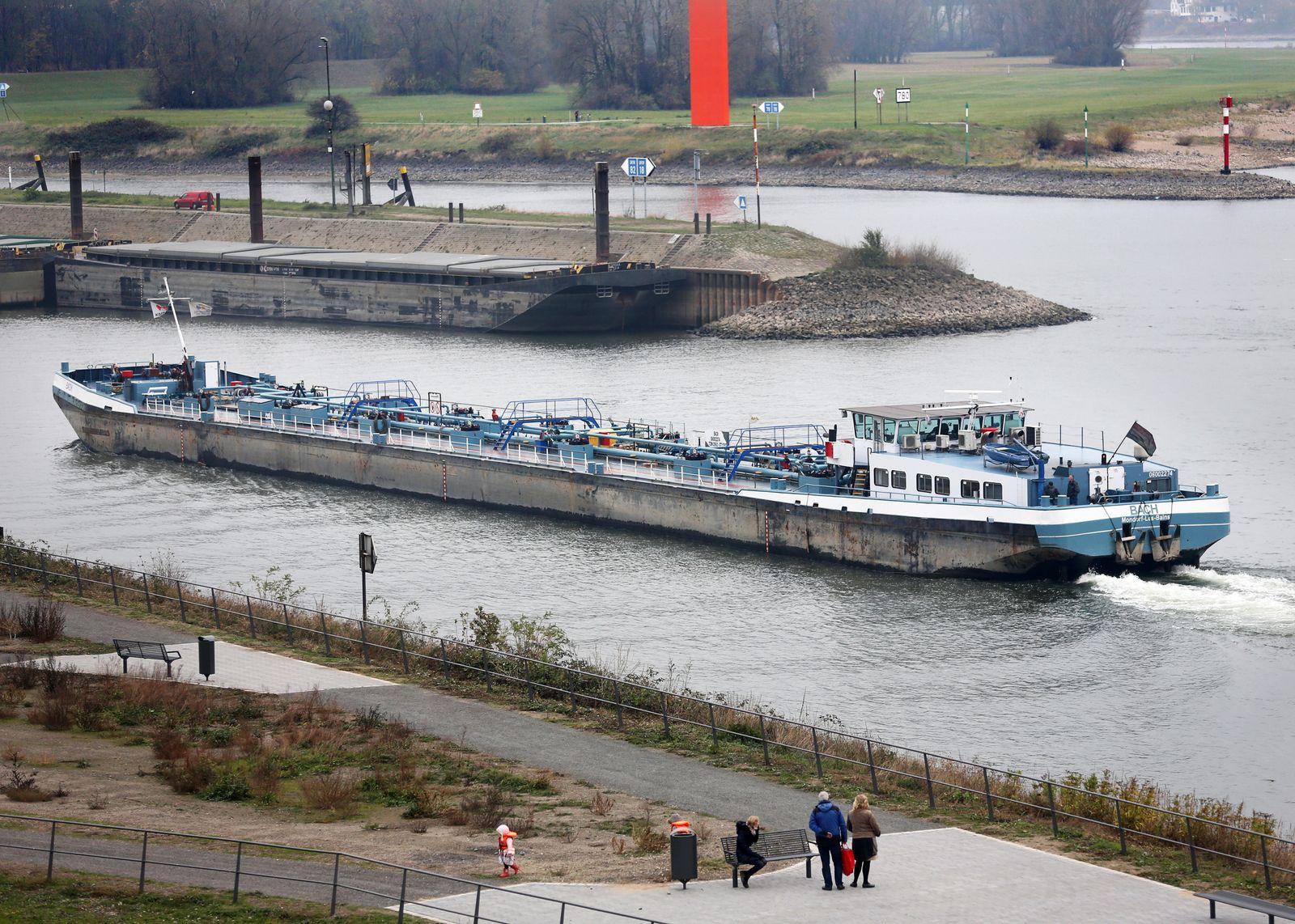 Rhein / Niedrigwasser / Ölfrachter