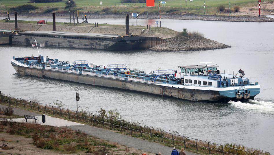 Ölfrachter im Duisburger Hafen Ruhrort