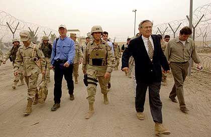 Pentagon-Chef Rumsfeld beim Besuch in Abu Ghureib: Zumindest in Guantanamo waren ausgefallene Verhörtaktiken zeitweise genehmigt
