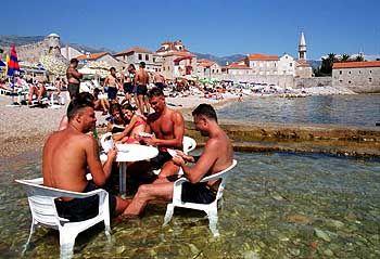 Mit Tisch und Stühlen im Wasser den Strandtag genießen