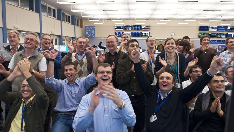 Ausgelassene Stimmung im LHC-Kontrollraum: Protonen kreisen mit Rekordenergie