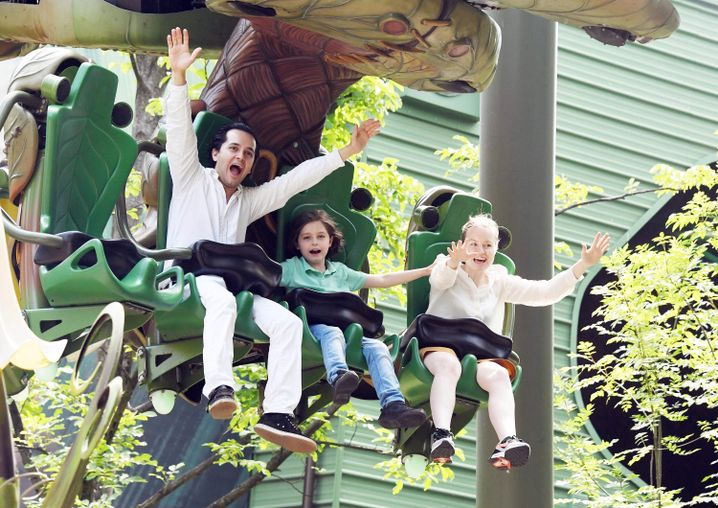 Laurent Simons mit seinen Eltern im Europapark Rust