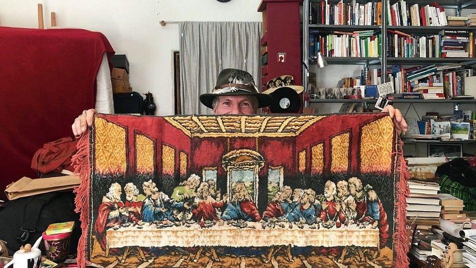 Osang-Freund mit Wandteppich
