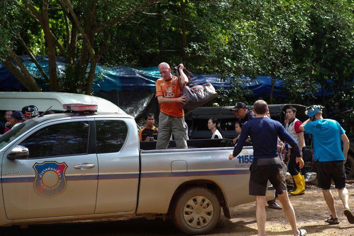 Taucher Vernon Unsworth vor der Höhle in Thailand (Archiv)