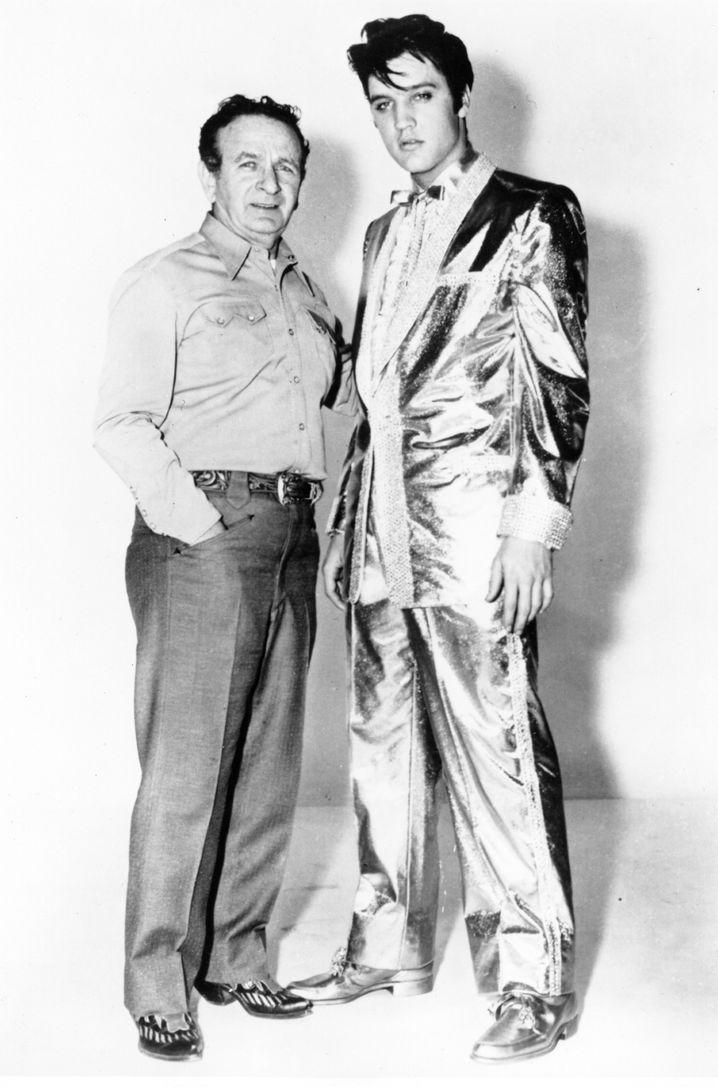 Nudie Cohn und Elvis auf einem Foto von 1957. Cohn hatte dem King den goldenen Anzug geschneidert.
