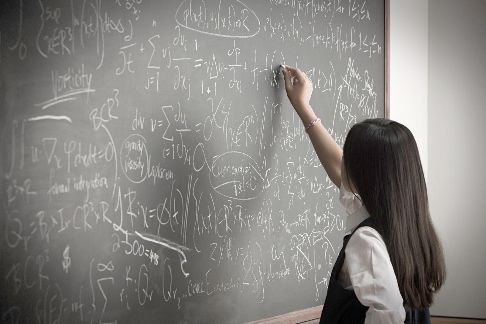 NICHT MEHR VERWENDEN! - SYMBOLBILD Mathematik / IQ / Schule / Tafel