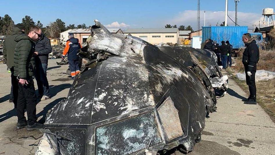 Ein von der ukrainischen Regierung veröffentlichtes Foto zeigt Wrackteile des abgeschossenen Flugzeugs