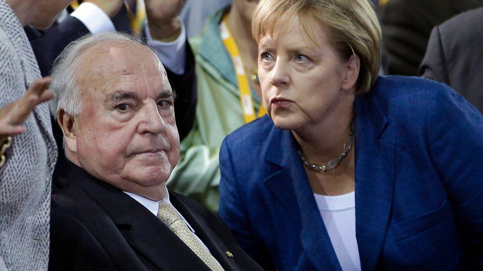 Altkanzler Kohl, Kanzlerin Merkel (bei einer Feier 2010): Harsche Kritik