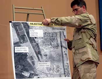 Enttarntes Versteck: Ein US-Soldat zeigt eine Karte des Areals, in dem Saddam Hussein gefunden wurde