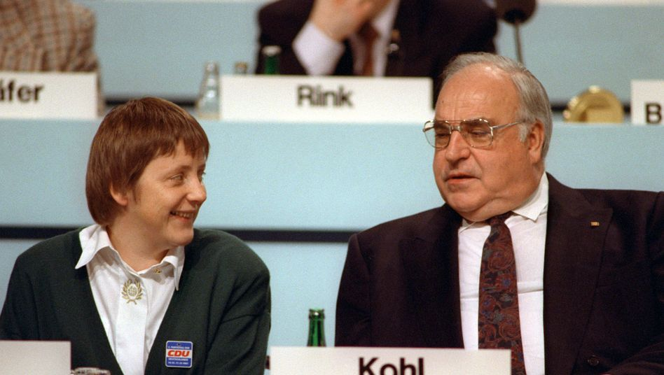 Merkel und Kohl (1991 auf dem CDU-Parteitag): An den Kanzler herangeführt