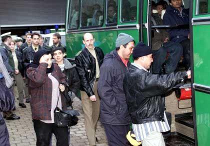 Engmaschiges Kontrollsystem: Illegale Einwanderer werden auf einer Autobahnraststätte festgenommen