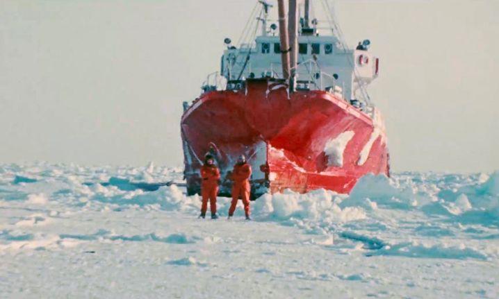 Paul Watson und Bob Hunter vor einem Robbenjäger-Eisbrecher in der Arktis