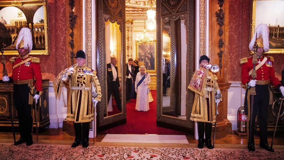 Queen Elizabeth II. bei einem Empfang im Buckingham-Palast: Das Personal soll diverser werden