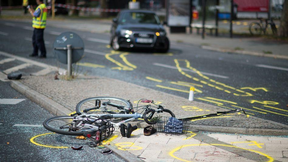 Polizisten sichern in Berlin Spuren eines schweren Verkehrsunfalls.