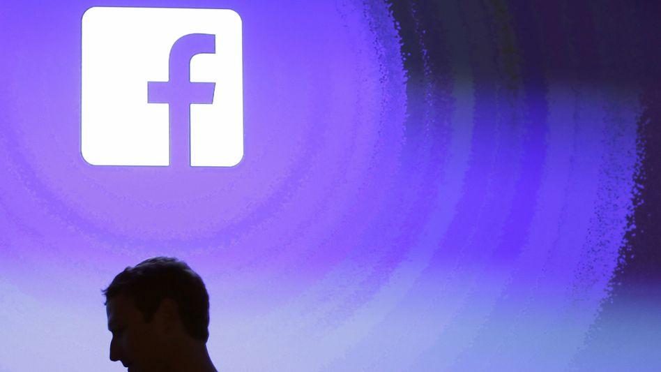 Facebook-Gründer Mark Zuckerberg vor dem Logo seines Unternehmens