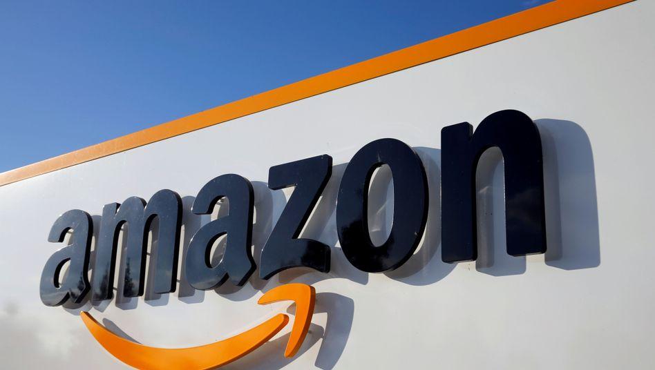 Amazon-Logo an einem französischen Logistikcenter