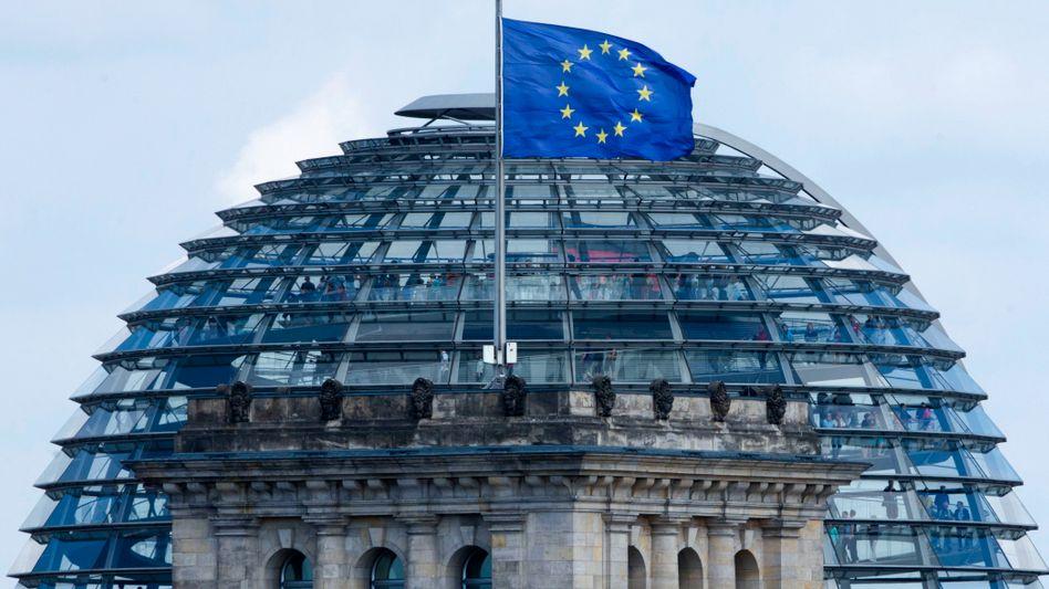 Europaflagge am Berliner Reichstag: Nehmen ist häufiger seliger als geben