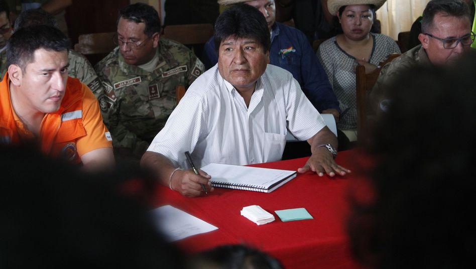 """Boliviens Präsident Evo Morales (Mitte): Per Dekret hat er noch im Juli zu """"kontrollierter Brandrodung"""" ermuntert"""