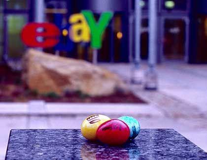 Oster-Eier mit ePay.tv-Aufdruck vor eBay-Gebäude: Rüdes Betriebsklima