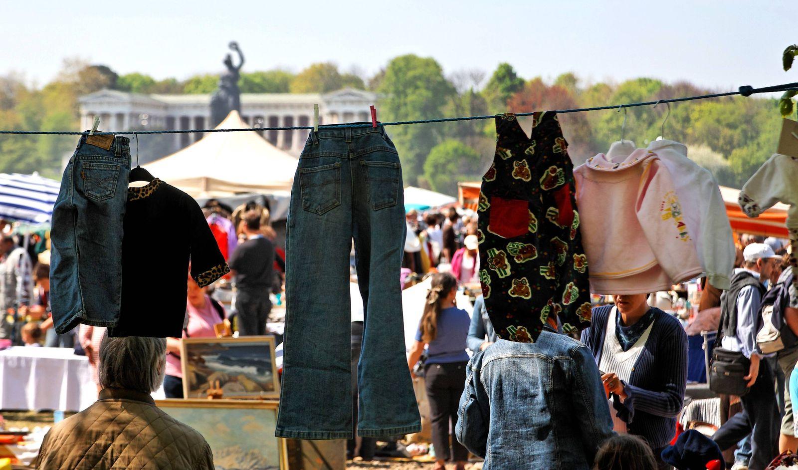 EINMALIGE VERWENDUNG Second-Hand Shop / Second Hand-Kleidung auf dem Flohmarkt