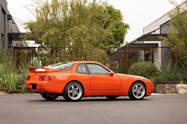Auch in der Seitenansicht sind die Unterschiede zum normalen 968 erkennbar, unter anderem an den Speedline-Felgen des 911 Turbo S