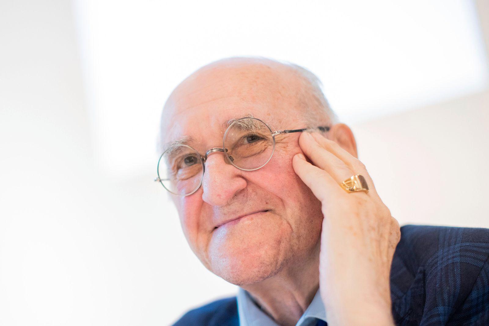 Alfred Biolek übergibt Schmuckstücke einem Museum