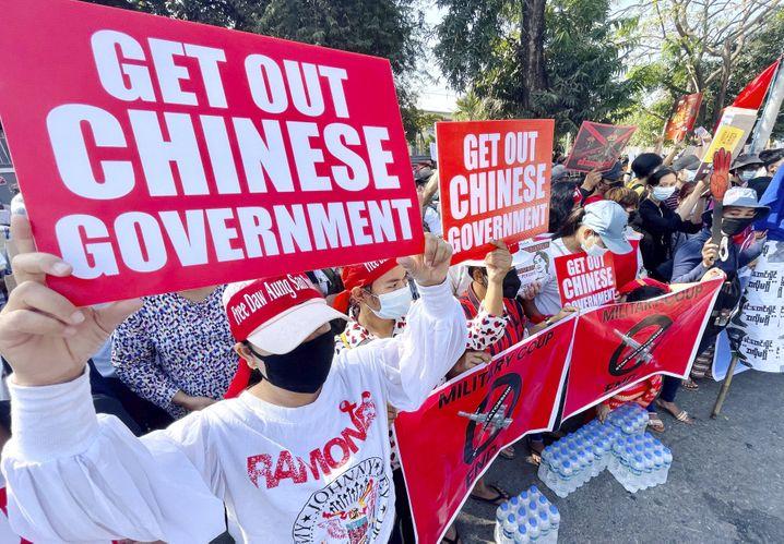 Protest vor der chinesischen Botschaft in Yangon: Was wurde in den Flugzeugen aus China nach Myanmar gebracht?