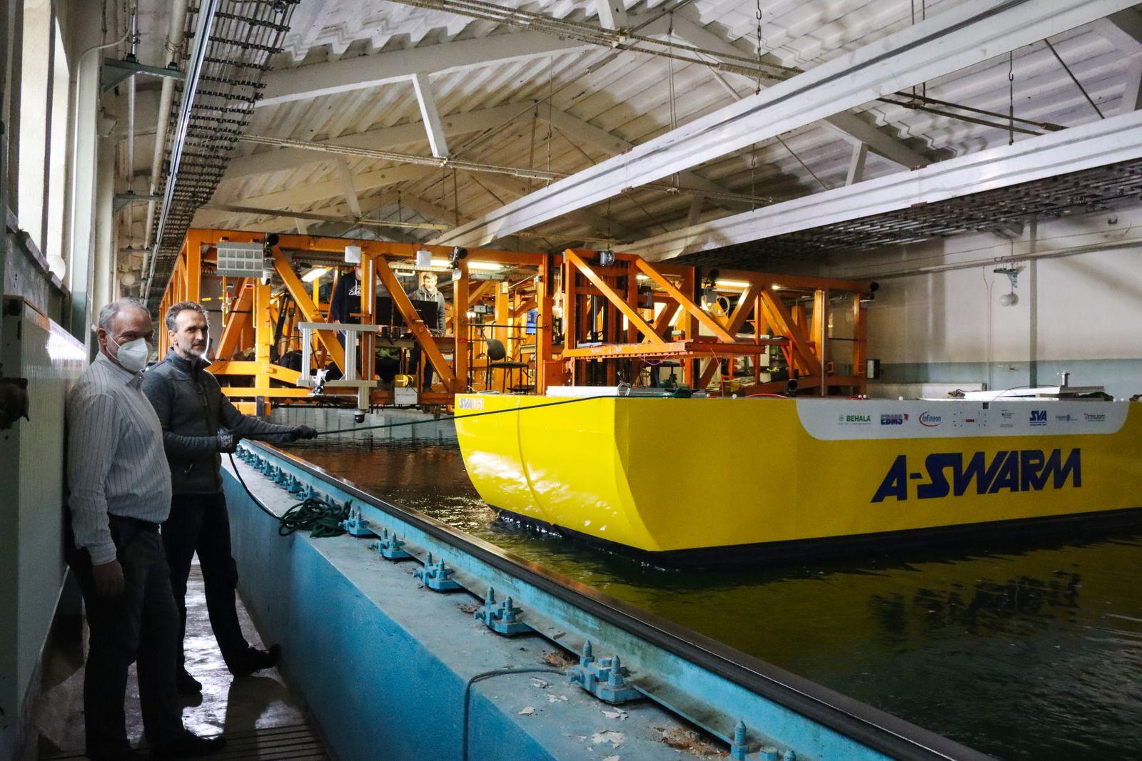 """Test des """"A-SWARM""""-Prototypen in der Schlepprinne der """"Schiffbau-Versuchsanstalt Potsdam"""" mit deren Leiter, Dr. Christian Masilge und Björn Kolewe von der Universität Rostock"""