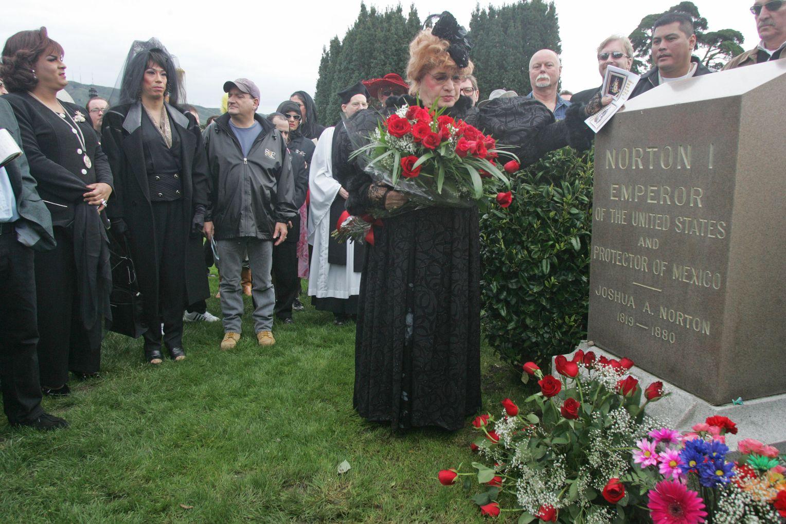 Возложение цветов на могиле императора 20 февраля 2005 года в день 125-летия его смертию