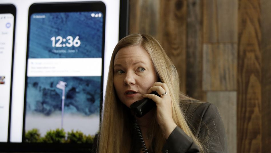 Google-Managerin Valerie Nygaard demonstriert ein Gespräch mit Google Duplex in Mountain View.