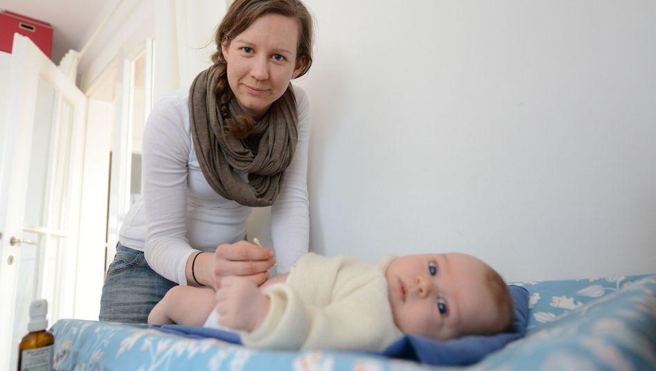 Hebamme und Baby: Wird es für Geburtshelferinnen bald zu teuer, zu arbeiten?