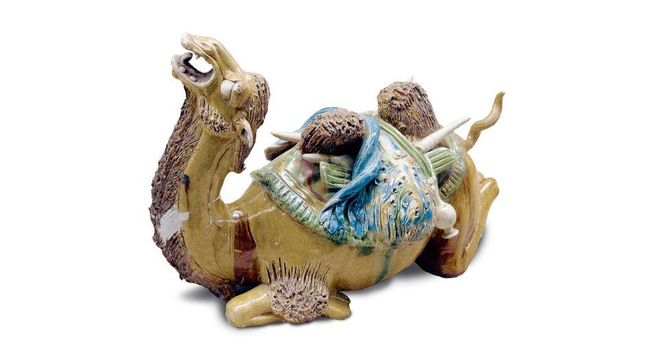 Die glasierte Figur eines Kamels mit prallen Packtaschen stand sinnbildlich für den blühenden Fernhandel während der chinesischen Tang-Zeit (618 - 907)
