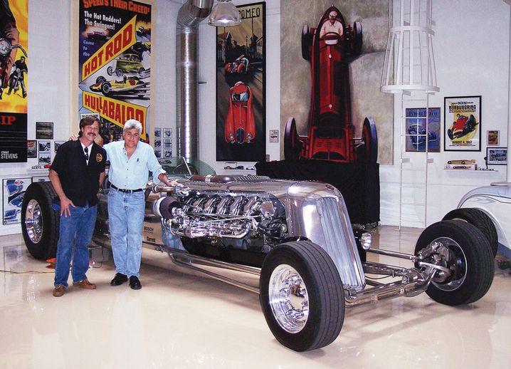 Randy Grubb (l.) mit Jay Leno und dem Tank Car