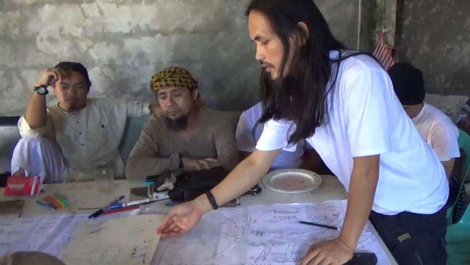 Islamistenanführer Isnilon Hapilon (2. von links, undatiertes Bild der philippinischen Armee)
