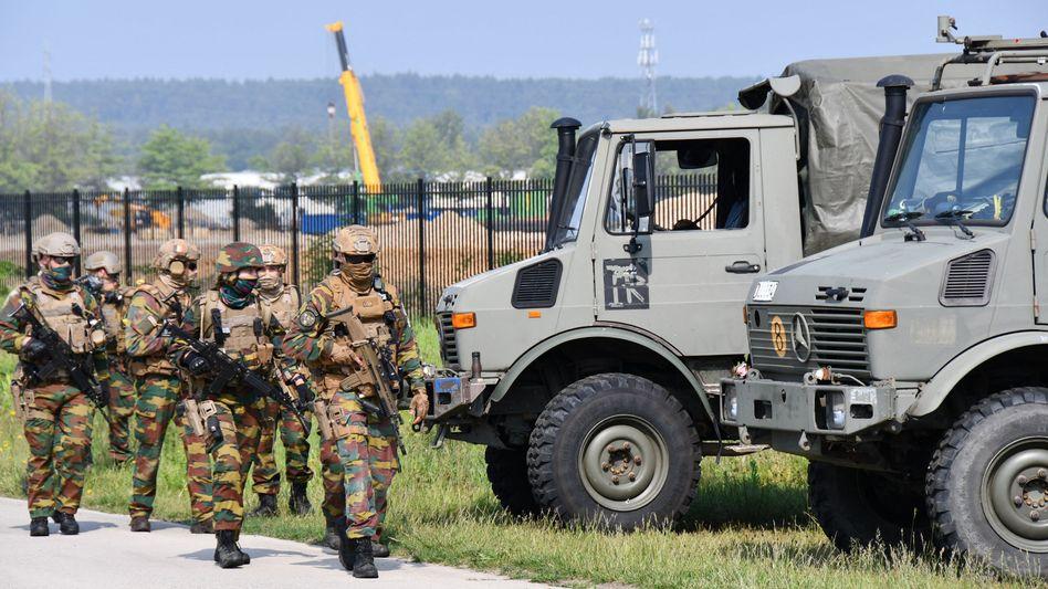 Belgische Soldaten bei der Suche nach dem Verschwundenen (Archivbild)