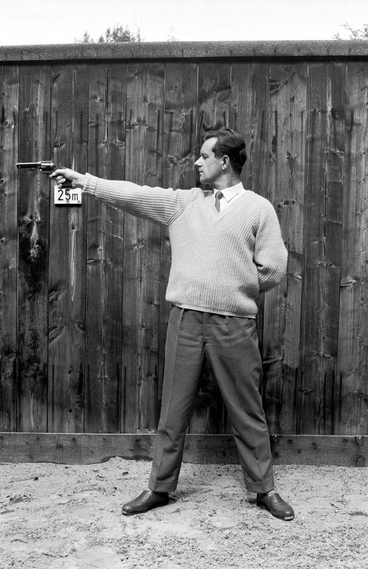 Waffennarr Kurras im Schießstand, um 1960 Bis zu 400 Mark monatlich für Munition