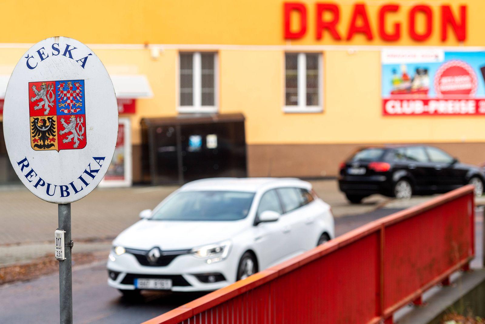 16.11.2020, Deutschland,Sachsen, Sebnitz: Blick auf die Grenze zu Tschechien in Sebnitz . Die Einstufung Deutschlands a