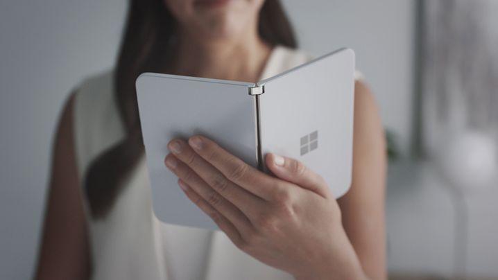 Von außen betrachtet hat das Surface Duo ein typisches, schlichtes Microsoft-Design