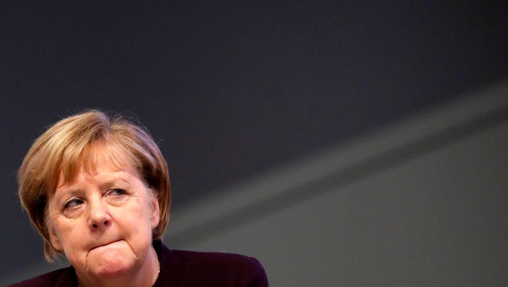 Merkel auf dem Parteitag: Halb ist sie da, halb ist sie weg