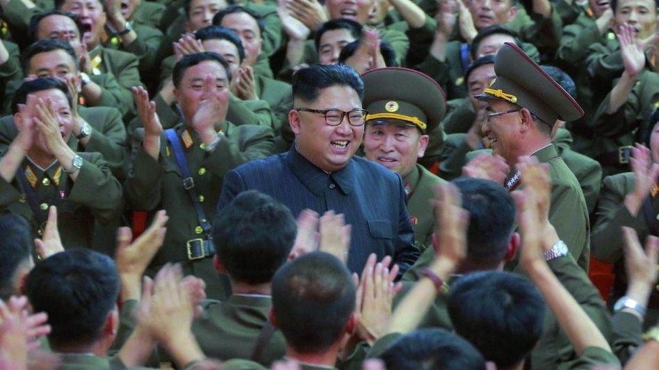 Diktator Kim mit Militärs: Pjöngjang ist der vorläufige Gewinner der jüngsten Krise
