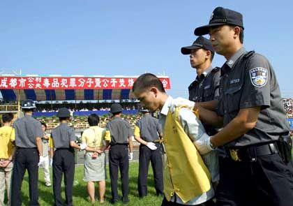 Drogendealer werden zur öffentlichen Hinrichtung in einem Stadion geführt