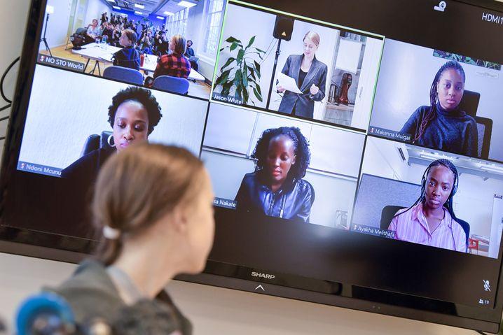 Die ugandische Klimaaktivistin Vanessa Nakate (Mitte, unten) und ihre Mitstreiterinnen aus Kenia, Südafrika und weiteren Ländern in einer Videoschalte mit Greta Thunberg