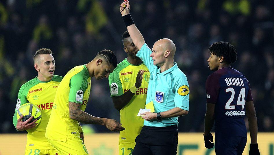 Nach Tritt gegen Spieler: Schiedsrichter in Frankreich suspendiert