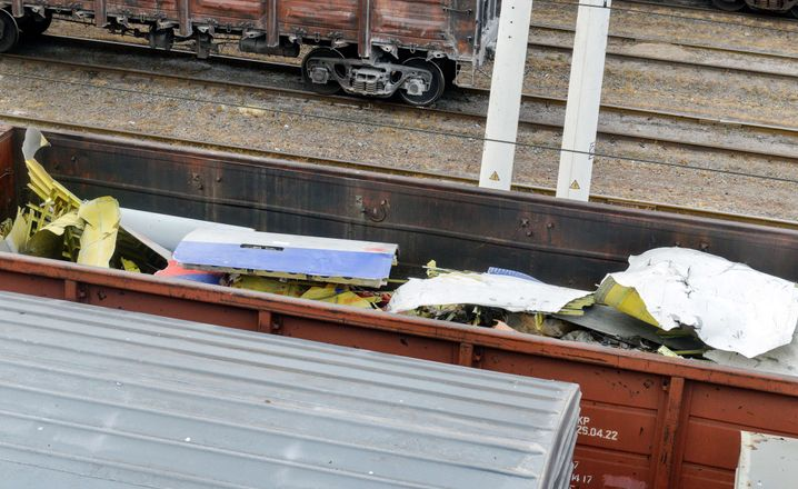 Güterwaggon mit Trümmern der abgeschossenen Boeing 777 (in Charkiw)