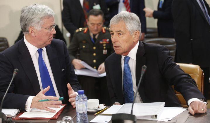 British Defense Secretary Michael Fallon (left) and US Defense Secretary Chuck Hagel (right) view Russian aggression as a direct threat to NATO.