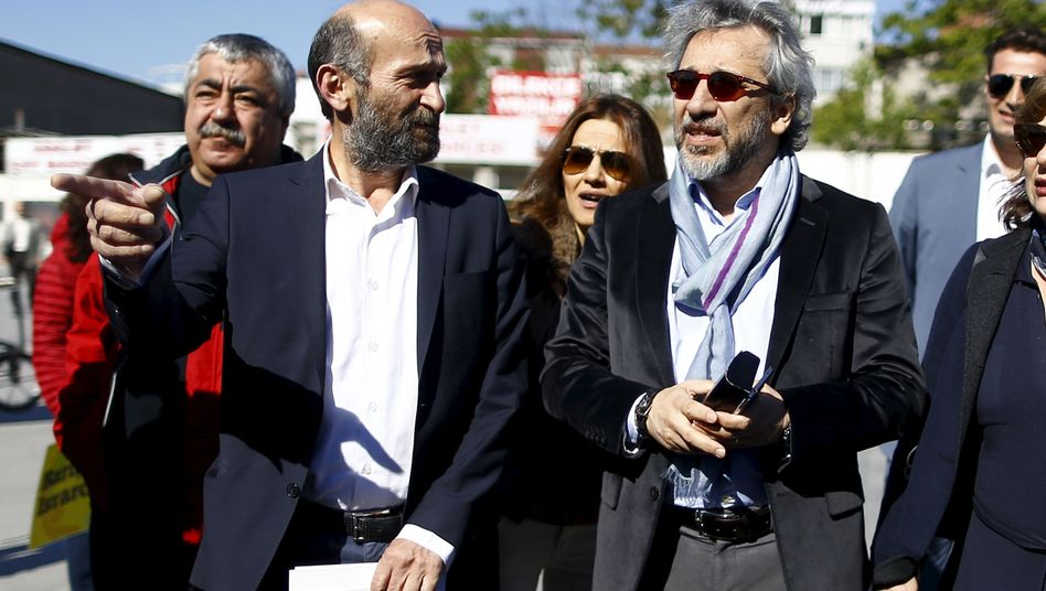 Journalisten Gül und Dündar vor der Urteilsverkündung